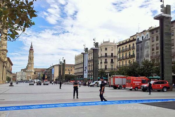 Los bomberos y la policía seguían en la plaza.