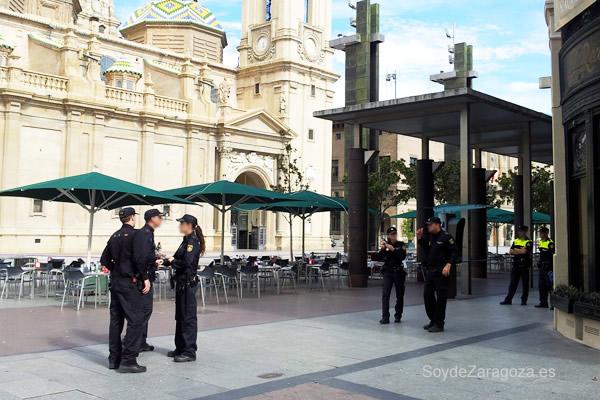 policía por la plaza del Pilar
