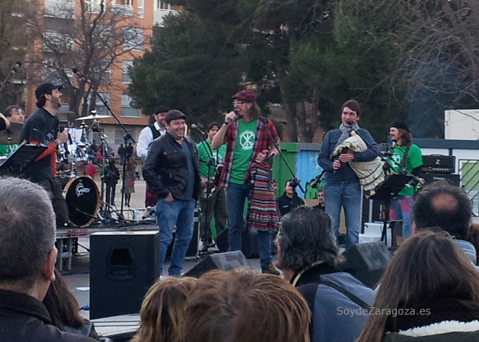 """Cantan el """"Cumpleaños Feliz"""" a Jorge Asín de OregónTV en el escenario de la Cincomarzada en el Parque Tío Jorge"""