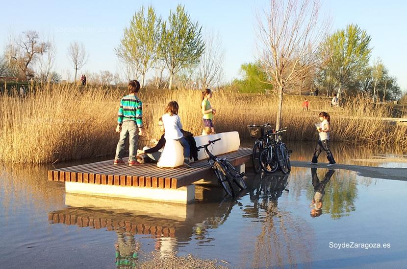 Familias enteras ocupaban los bancos en la zona inundada accediendo por pequeños caminos.