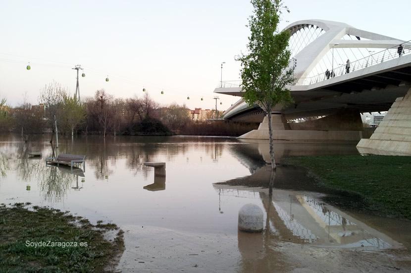 El río ha 'ocupado' muchas zonas verdes de la zona Expo de Zaragoza.