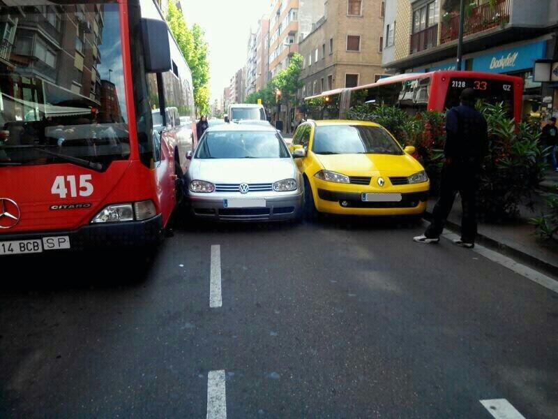 Dos coches y un bus atascados en la avenida de Madrid de Zaragoza