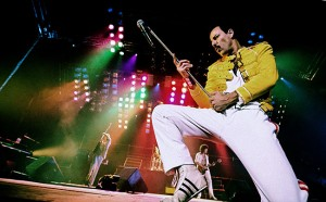 Actuación en God Save The Queen como Freddie Mercury