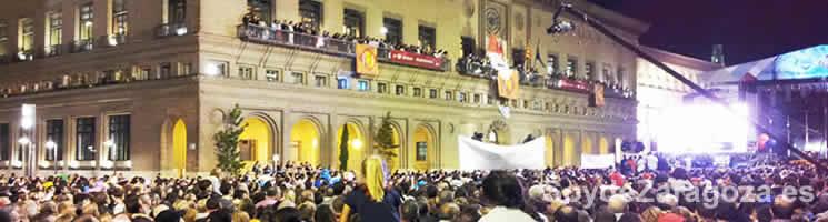 Lectura del Pregón de las Fiestas del Pilar desde el balcón del Ayuntamiento de Zaragoza.