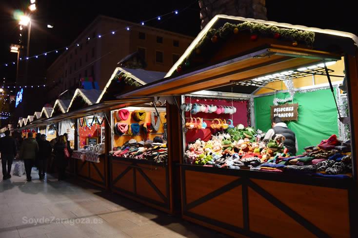 Casetas del mercadillo navideño de la Plaza del Pilar de Zaragoza en la Navidad 2014-2015