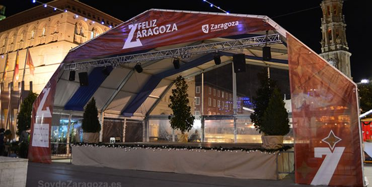 Escenario donde actuará la orquesta durante el cotillón de Nochevieja en la Plaza del Pilar de Zaragoza