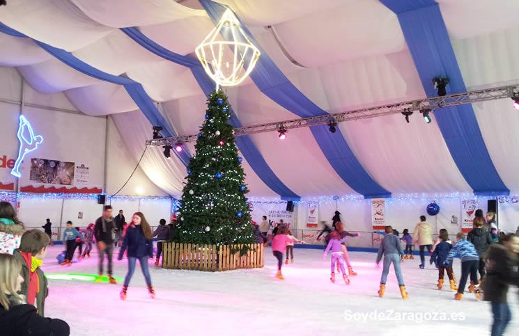 Carpa de la pista de patinaje sobre hielo en la Plaza del Pilar del centro de Zaragoza