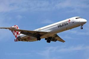 Avión de Volotea llegando al aeropuero de Zaragoza