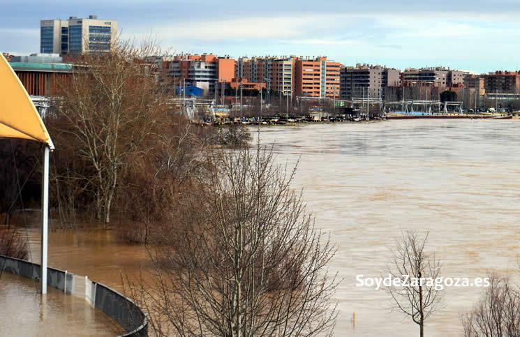 Desde la entrada al Pabellón Puente se aprecia cómo está a punto de inundarse el frente fluvial de la Expo