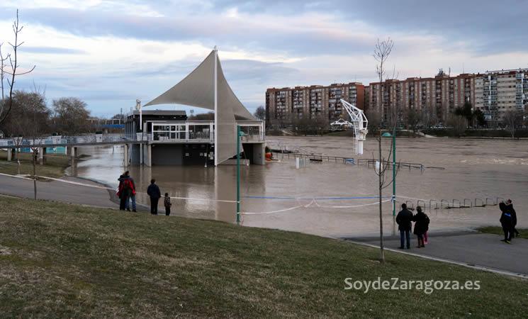 El embarcadero de Vadorrey cubierto por el agua y la cafetería aislada por la crecida
