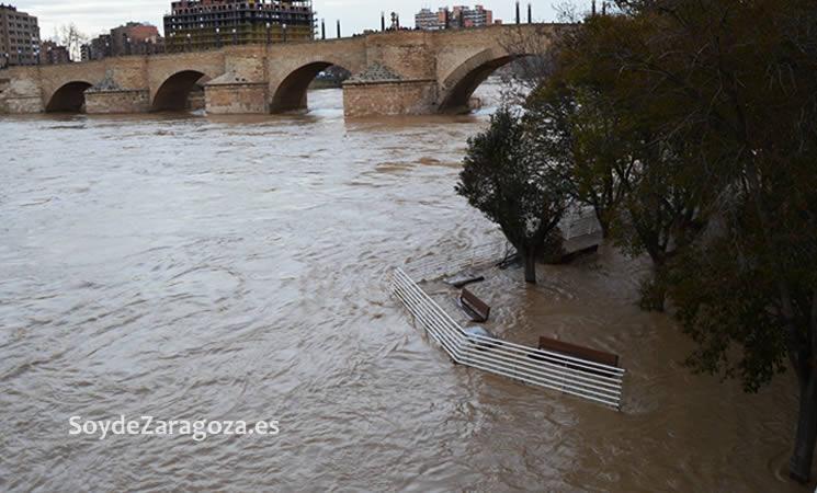 La zona de descanso junto al Club Náutico también está bajo el agua