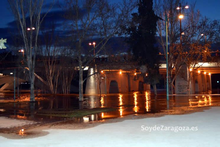 Los pasos por debajo del Puente de Santiago junto a Helios están cubiertos por el agua