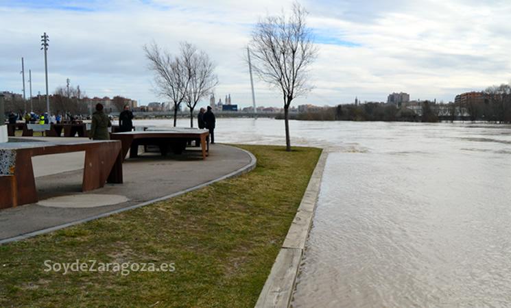 El río Ebro ha sobrepasado ya todos los escalones de madera del frente fluvial y sigue creciendo