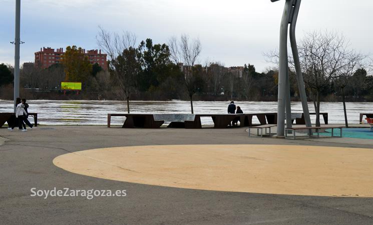 Aquí se aprecia cómo el agua está a punto de llegar al nivel del frente fluvial, zona de paseo.