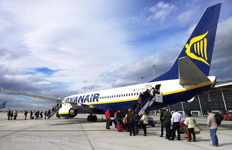 Un avión de Ryanair recogiendo viajeros en el Aeropuerto de Zaragoza
