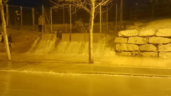 El agua filtrándose en la mota del Ebro junto al Actur y el parquin Norte