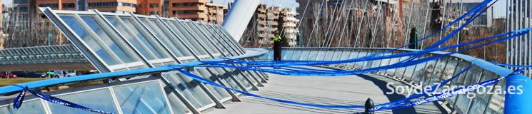 La pasarela del Voluntariado se ha cerrado al público por la crecida del Ebro.