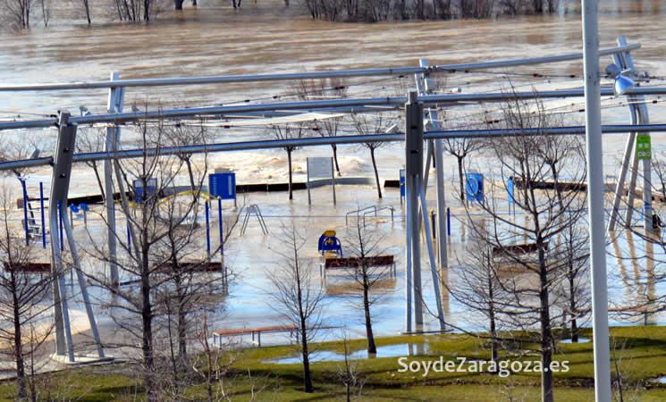 zona-ejercicios-gimnasio-expo-orilla-rio-ebro-inundado-crecidajpg