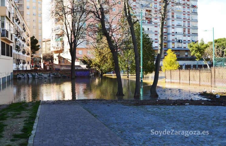 zona-entrada-pasarela-voluntariado-almozara-zaragoza-inundada