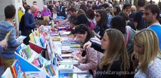 Imágenes de uno de los puestos de librerías en el Paseo Independencia durante el Día del Libro de Zaragoza.