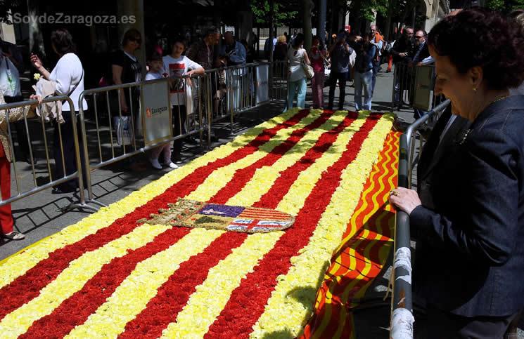 Bandera de Aragón realizada con flores en la Plaza Aragón de Zaragoza durante el día de San jorge.