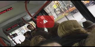 Hombre enfadado grita al conductor del autobús de Zaragoza por la huelga.