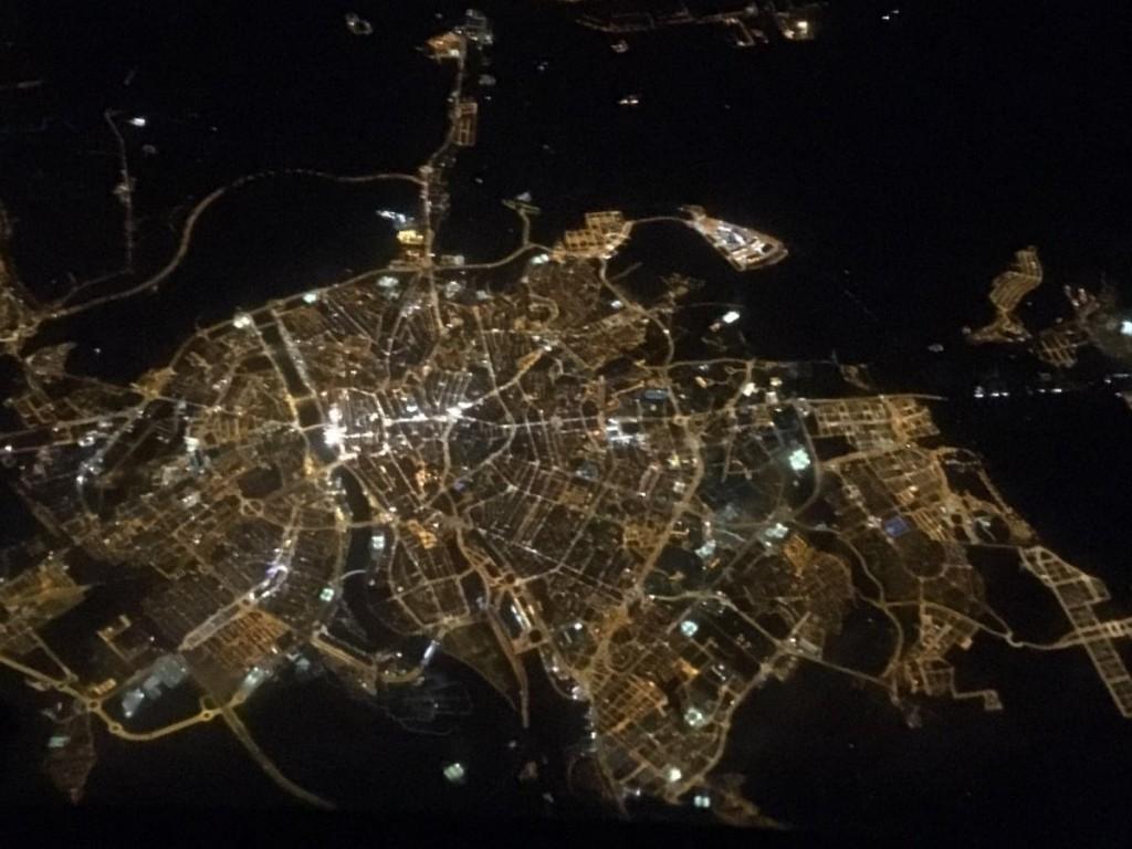 Imagen nocturna de Zaragoza desde un avión. Pincha en la imagen para verla más grande.