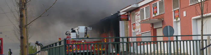 Los bomberos extinguen el fuego en las naves de Galletas Asinez