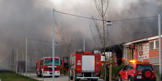 Galería de Imágenes del fuego que ha arrasado la nave de Galletas Asinez en Valdefierro.