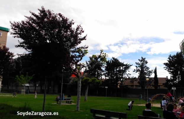 Parque en San Lamberto frente a la iglesia de la Urbanización
