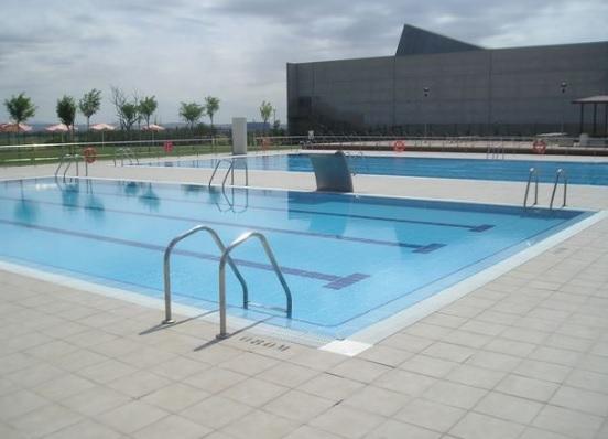Piscina en el centro deportivo municipal de la cartuja for Piscinas municipales zaragoza 2017